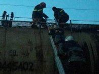 Небезпечні розваги: на Львівщині хлопця вдарило струмом на даху цистерни