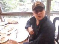 «Пожерти не дають»: активіст «піймав» Зеленського у столичній піцерії (відео)