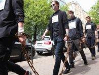 Ланцюги і заклеєні роти: у Києві – акція на підтримку бранців Кремля (фото)