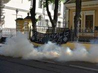Гарячі протести у Москві: резиденцію Гундяєва закидали димовими шашками (фото)