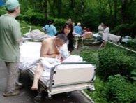 У Києві «замінували» лікарню і пологові: післяопераційні хворі і породіллі надворі (фото)