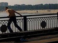 У Луцьку чоловік намагався зістрибнути з мосту (відео)