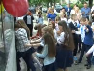 «Тролейбус у майбутнє»: луцькі школярі святкували «Останній дзвоник» в електротранспорті (відео)