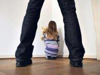 На Київщині батько-педофіл ґвалтував малолітніх доньок і їхню подругу