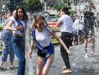 «Мокрі як хлющ і нестримні»: соцмережі заполонили київські випускники у фонтанах (фото)