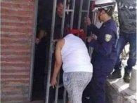 «Цікава Варвара»: колумбійка на 5 годин застрягла головою в решітці сусіда (фото)