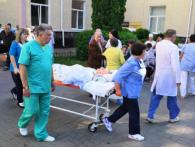 Лежачі на «каталках» просто неба: у Луцьку замінували обласну лікарню (фото)