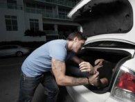 На очах у киян викрали людину, запхавши у багажник