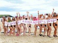 Сотні голих жінок викупалися в морі (відео 18+)