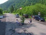 «Буде ушиця»: закарпатці «рибалили» в баюрах на дорозі (відео)