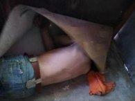 У Дніпрі квартирний злодій намагався сховатися від поліції під лінолеумом (фото)
