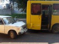 У Луцьку, «поцілувавши» маршрутку, водій «Лади» утік разом із пасажиром