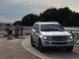 Mercedes Benz проїхав новим пішохідним мостом у Києві