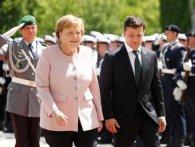 Поруч із Зеленським Меркель почало трусити  (відео)