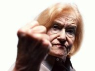 Бабуся-дивачка викликала переполох у центрі Луцька (фото)
