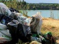 «Європу треба робити в себе!»: на Рівненщині загидили мальовниче озеро (фото)