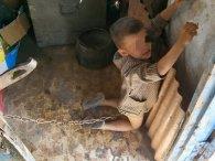 Хлопчика батьки прив'язали металевим ланцюгом до дверей «за погану поведінку»