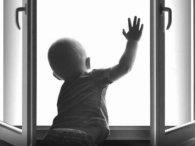 Поки мама займалася домашніми справами, 4-річна дитина впала з 9 поверху