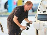 Скільки бензину українці можуть купити на одну зарплату