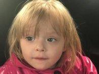 Маленька дівчинка, яку покинули в магазині, поставила «на вуха» всю поліцію (фото)