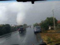 Під Ужгородом пронісся страхітливий торнадо: виривав паркани і оголив дахи (відео)