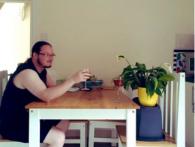 Сусідка попросила наглянути за вазоном, а британець не підвів і насмішив весь Інтернет (фото)