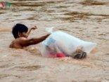 У В'єтнамі діти пливуть у школу в «пухирі» із целофанового пакета (відео)
