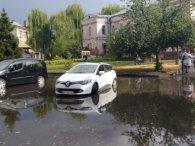 Невелика злива перетворила вулиці Рівного на канали (фото)