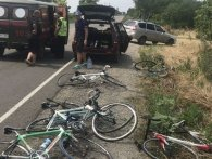 Не встиг загальмувати: легковик врізався в колону школярів-велосипедистів (фото, відео)