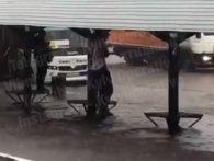 Мережу насмішив київський «спайдермен», який оригінально рятувався від дощу (відео)