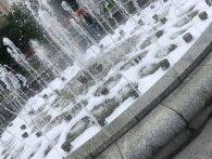 На Майдані Незалежності один фонтан став зеленим, а інший переливався мильними бульбашками (фото)