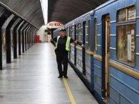 У Києві на колії метро впав чоловік