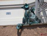 В Одесі з'явилася скульптура вуличних котів, які «співають»