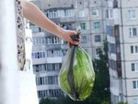 У Луцьку муніципали оштрафували нехлюя: викидав сміття із балкона (фото)