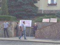 Лучани протестують біля міської ради