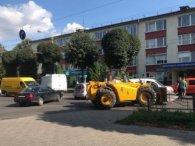 Трактор протаранив автівку і паралізував рух у Луцьку (фото)