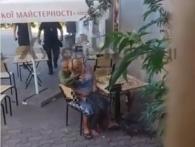 «У шалу любові»: у Чернівцях копи перервали інтим п'яних коханців у кафе (відео 18+)