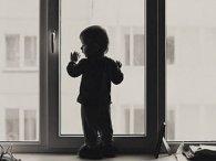На Київщині 4-річний хлопчик випав з вікна, поки його горе-мама спала п'яна в зюзю (відео)