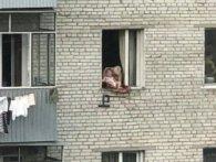 У Львові переполоху наробила бабуся, яка «вигулювала» крихітного онука у вікні (фото)