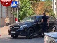 У Києві водій на номерах РФ «вирубався» за кермом з відкоркованою горілкою (відео)