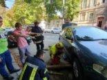 Під припаркованим авто провалився асфальт (відео)