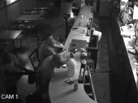 «Я одружений на стерві»: чоловік начхав на озброєного грабіжника і зависав у смартфоні (відео)