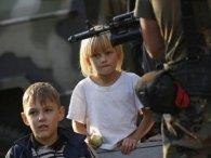 «В Україну не повернуся»: в ДНР зомбують дітей, примушуючи присягати на вірність терористам (відео)