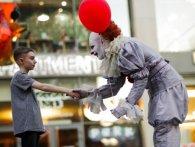 Вулицями Дніпра прогулявся клоун з трилера «Воно» (фото, відео)