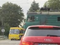 У Львові «водій-камікадзе» ледь не відправив шкільний автобус із дітьми під поїзд (відео)