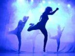 Лише у стрінгах і кросах: парубок голяка танцює посеред Києва (відео)