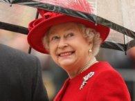 Англійська королева виручила дівчинку, яка загубила іграшку в палаці (фото)